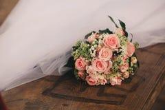 Sch?ner Hochzeitsblumenstrau? Stilvolle Heiratsblumenstrau?braut von rosa Rosen, wei?e Gartennelke, gr?ne Blumen lizenzfreies stockbild