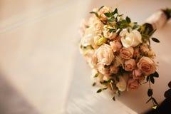 Sch?ner Hochzeitsblumenstrau? Stilvolle Heiratsblumenstrau?braut von rosa Rosen, wei?e Gartennelke, gr?ne Blumen stockbild