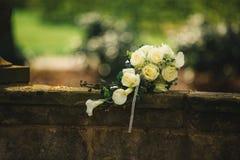 Sch?ner Hochzeitsblumenstrau? Stilvolle Heiratsblumenstrau?braut von rosa Rosen, wei?e Gartennelke, gr?ne Blumen lizenzfreies stockfoto