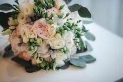 Sch?ner Hochzeitsblumenstrau? Stilvolle Heiratsblumenstrau?braut von rosa Rosen, wei?e Gartennelke, gr?ne Blumen lizenzfreie stockbilder