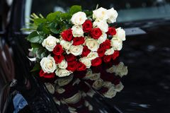 Sch?ner Hochzeitsblumenstrau? Stilvolle Heiratsblumenstrau?braut von rosa Rosen, wei?e Gartennelke, gr?ne Blumen lizenzfreie stockfotografie