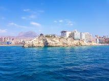 Sch?ner Levante-Strand in Benidorm, Spanien Bild genommen vom Meer, mit den Skylinen von Wolkenkratzern und einem Boot des ersten lizenzfreie stockfotografie
