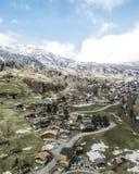 Sch?ner Luftschu? einer kleinen Vorstadtstadt in den schneebedeckten Bergen stockfoto