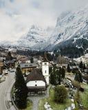 Sch?ner Luftschu? einer kleinen Vorstadtstadt in den schneebedeckten Bergen lizenzfreie stockbilder