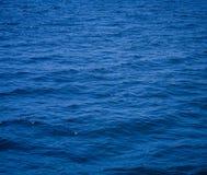 Sch?ner Ozean des Wasserhintergrundes Seemit Beschaffenheits-Naturoberfl?chenansicht des Wellenhorizontes blauer am Sommer lizenzfreies stockfoto