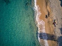 Sch?ner Strand mit Draufsichtschu? der Familie stockfotografie