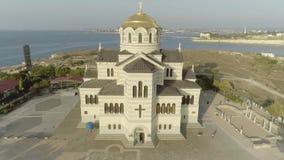 Sch?ner Tempel, Meer auf dem Hintergrund schu? Landschaft mit einer orthodoxen Kirche und einem Meer ?ffentlicher Ort f?r alle Le stock video