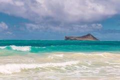 Sch?ner Waimanalo-Strand mit T?rkiswasser und bew?lktem Himmel, Oahu-K?stenlinie lizenzfreies stockbild