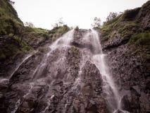 Sch?ner Wasserfall lizenzfreies stockfoto