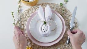 Sch?nes festliches Ostern-Gedeck mit Serviette Osterhasen Ostern-Gedeck f?r den Feiertag Ostern-Tabelle stock video