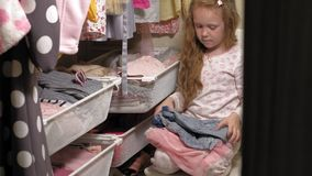 Sch?nes kleines M?dchen in der Hauptgarderobe Moderne Kinder stock video footage