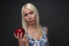 Sch?nes M?dchen in einer modischen Kleidung mit Apfel lizenzfreie stockbilder