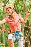 Sch?nes M?dchen im Park auf den Seilen erzielen drau?en stockbilder