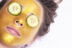 Sch?nes M?dchen mit einer kosmetischen Maske auf dem Gesicht der goldenen Farbe Nahaufnahme Freier Raum Frauengoldmaske Sch?nes M stockfotos