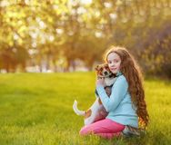 Sch?nes M?dchen und ihr netter Hund, die im Fr?hjahr drau?en umfasst stockfotos