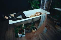 Sch?nes Modell wirft in einem Badezimmer mit kreativem silbernem Make-up auf lizenzfreies stockfoto