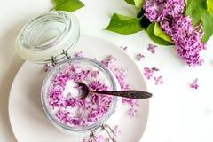 Sch?nes neues purpurrotes lila blossomsHomemade Vorbereiten des lila Zuckers mit ?berraschendem Duft lizenzfreie stockfotografie
