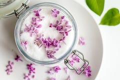 Sch?nes neues purpurrotes lila blossomsHomemade Vorbereiten des lila Zuckers mit ?berraschendem Duft lizenzfreies stockfoto