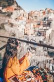 Sch?nheit auf Fr?hst?ck Caf? am im Freien mit erstaunlicher Ansicht in Cinque Terre stockbild