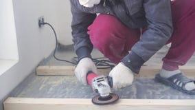 Sch?nheit der Zeitlupe im Bau und in der Reparatur - Vorlagentischler bringt Kiefernholzfu?boden an - umweltfreundlicher Bodenbel stock video