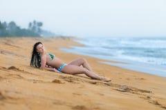 Sch?nheit, die auf dem Sand auf dem Strand im Sommer liegt Sorglose frohe Frau des Sommerferien-Gl?ckes lizenzfreie stockfotos