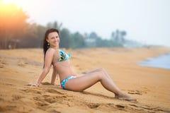 Sch?nheit, die auf dem Sand auf dem Strand im Sommer liegt Sorglose frohe Frau des Sommerferien-Gl?ckes stockbilder