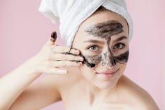 Sch?nheits-kosmetische Schale Nahaufnahme-sch?ne junge Frau mit Schwarzem ziehen weg Maske auf Haut ab Nahaufnahme der attraktive stockfotos