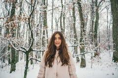 Sch?nheits-Winter-M?dchen in eisigem Winter Park Winterfrauenfan Winterfrauenschnee drau?en lizenzfreie stockfotos