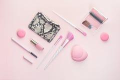 Sch?nheitseinhorn-Make-upb?rsten auf silbernem Rosa stockfotografie