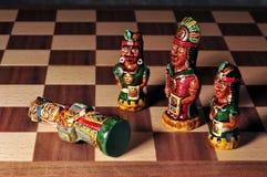 Schaak dat tussen Spanjaarden en Incas wordt geplaatst. Stock Afbeelding