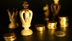 Schaak en stapel muntstukken in concept van de geldmacht of besparing geld, de financiële groei, strategieinvestering, pensioneri stock footage