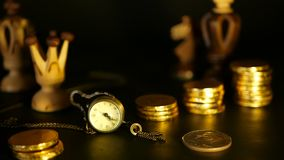 Schaak en stapel muntstukken in concept van de geldmacht of besparing geld, de financiële groei, strategieinvestering, pensioneri stock videobeelden