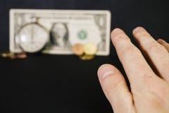 Schaak, horloges en een bankbiljet stock foto