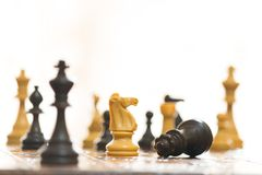 Schaak op een schaakbord wordt gefotografeerd dat Stock Foto's