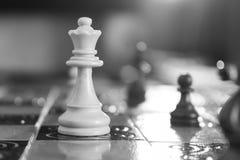 Schaak op een schaakbord wordt gefotografeerd dat Royalty-vrije Stock Afbeeldingen