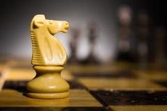 Schaak op een schaakbord wordt gefotografeerd dat Stock Afbeeldingen