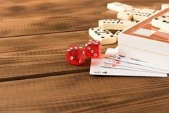 Schaak, speelkaarten, domino's op een houten lijst Het concept raadsspelen royalty-vrije stock foto
