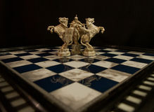 Schaak witte koning en twee witte ridders Stock Afbeelding
