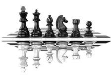 Schaak zwart-witte stukken, die weerspiegeld, zich aan boord bevinden Royalty-vrije Stock Afbeelding