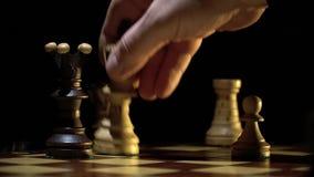 Schaakbord en schaak, controle van de Zwarte Koning stock footage