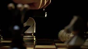Schaakbord en schaak, een beweging tegen de witte koningin stock videobeelden