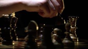 Schaakbord en schaak, nederlaag van de lichte koning stock footage