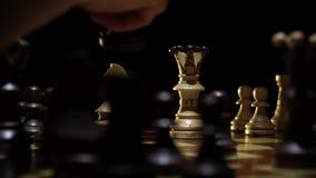 Schaakbord en schaak, nederlaag van de lichte koningin stock footage