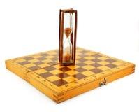 Schaakbord en zandloper Royalty-vrije Stock Afbeeldingen