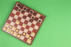 Schaakbord met chesses op lichtgroene achtergrond, hoogste mening royalty-vrije stock afbeeldingen