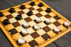 Schaakbord met controleurs De bedrijfsstrategieconcurrentie, strategische planning voor het winnen van succes hobby controleurs  royalty-vrije stock foto
