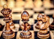 Schaakbord met schaak op een houten bank royalty-vrije stock afbeelding