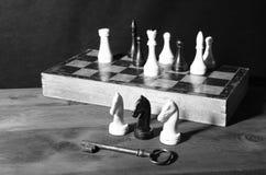Schaakcijfers en sleutel royalty-vrije stock afbeelding