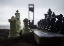Schaakconcept bedrijfs en strategieidee?n Lege weg met reuzeschaakcijfers en Guillotine Weg aan de uitvoering kunstwerk royalty-vrije stock foto's