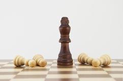 Schaakkoning en panden op schaakbord Royalty-vrije Stock Fotografie
